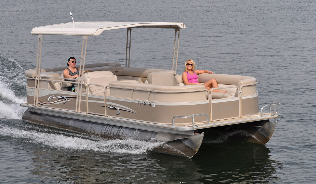 Pontoons smith mountain lake houseboat rentals at parrot for Lake fishing boats